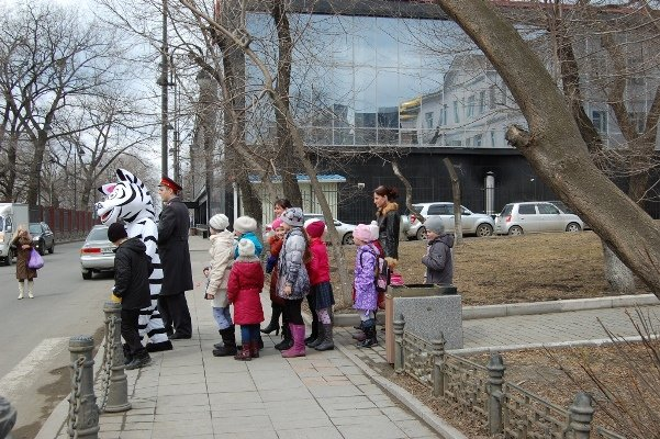 """Uncle Stepan-policeman\"" had a lesson for young pedestrians Vladivostok"
