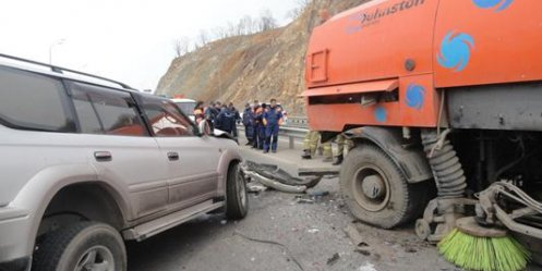 Vladivostok jeep crashed into a sweeper, a passenger died