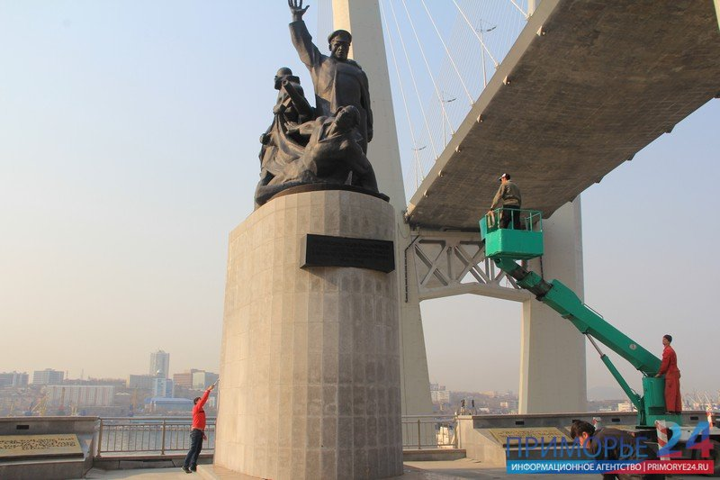 In Vladivostok, continuing large-scale washing monuments for the Victory Day