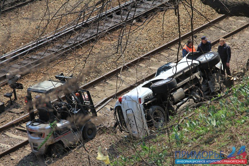 Overturned jeep was removed from the railway tracks in Vladivostok