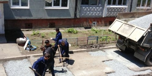 The promised residents of st. Chkalov repair houses adjoining roads today in the midst of
